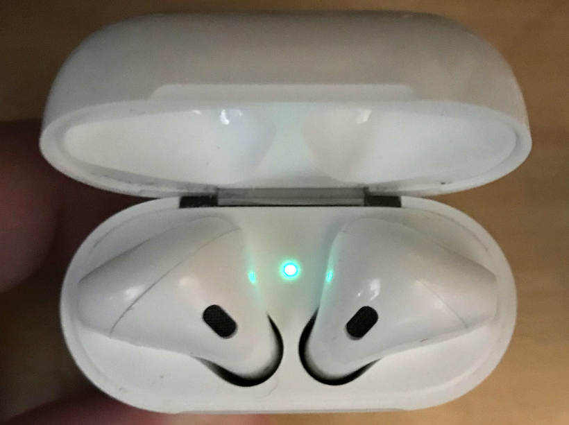 AirPods status light green