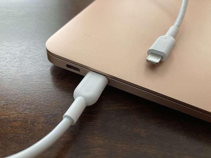 MacBook USB-C to Lightning