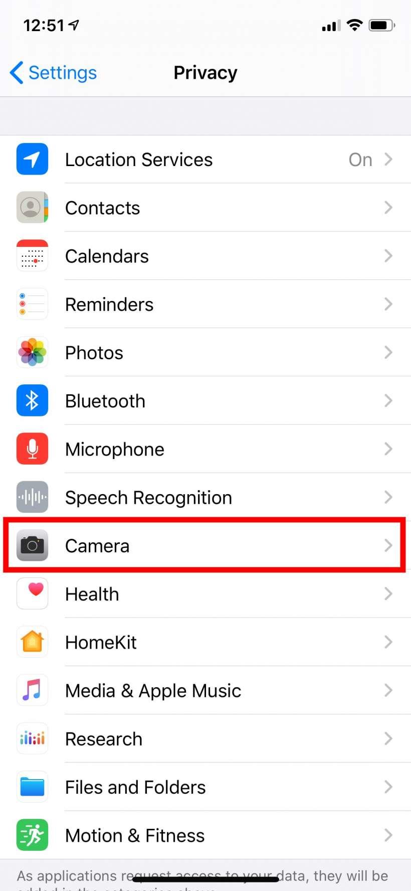 كيفية معرفة التطبيقات التي يمكنها الوصول إلى الكاميرا والميكروفون الخاصين بجهاز iPhone أو iPad.